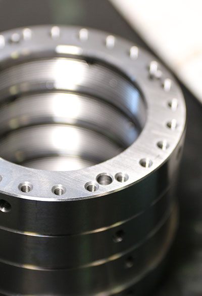 Esempio di foratura profonda di metalli per la meccanica di precisione